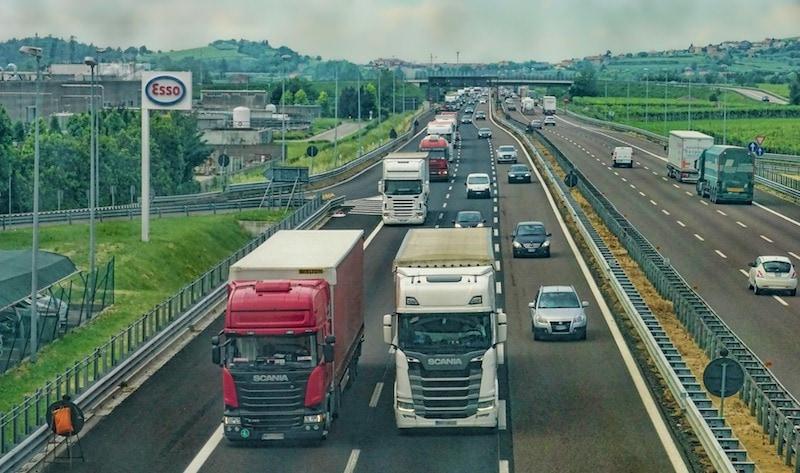 LKWs werben auf der Autobahn